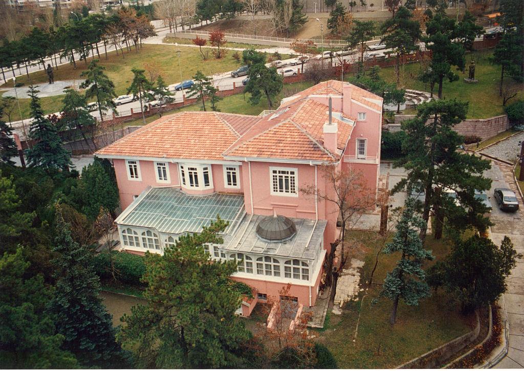 İsmet İnönü'nün 48 yılını geçirdiği Pembe Köşk Türkiye Cumhuriyeti Tarihinin önemli bir mekanıdır.