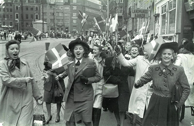 File:People celebrating the liberation of Denmark. 5th May 1945. At Strøget in Copenhagen..jpg