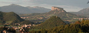 Prospettiva sul territorio del Comune di Castelnovo, in primo piano Felina e la Pietra di Bismantova, sullo sfondo la catena del Cusna