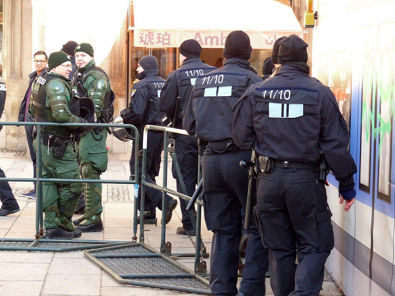 Polizei Einsatz Siko 2014 (12269751596).jpg