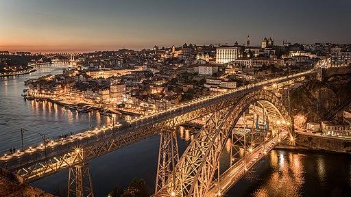 Blick nordwärts auf die Luis I Brücke (Vordergrund) und die Altstadt von Porto (Hintergrund). Ponte Luís I