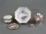 Porslin. Servid med lila - rosa och guld i dekoren - Hallwylska museet - 89207.tif