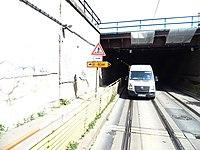 Průběžná, podjezd pod železničními tratěmi, otočený sloupek s dopravními značkami.jpg