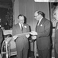 Prins Bernhard ere-luchtmaarschalk RAF, de Britse ambassadeur Sir Peter Garran o, Bestanddeelnr 917-2642.jpg