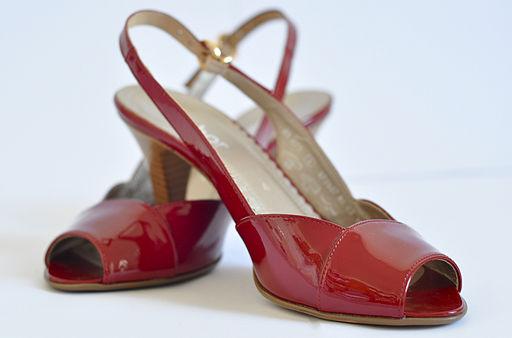 Zapatos rojos que representan el producto que tu Startup vende