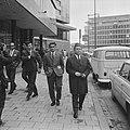 Puskas bezocht Faas Wilkes in Rotterdam, spelers bekijk Rotterdam, Bestanddeelnr 918-1526.jpg