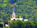 Rhens – Kath. Kirche St. Theresia mit dem Königsstuhl im Hintergrund - panoramio.jpg