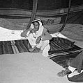 Rokende bedoeien in een tent, Bestanddeelnr 255-3483.jpg