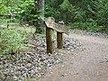 Rozalimo miškas. Rodyklė prie Marijos akmens.JPG