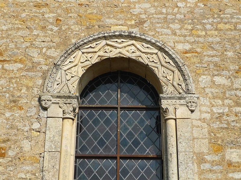 Fenêtre de l'église Saint Vaast  de Saint-Vaast-sur-Seulles (Calvados)
