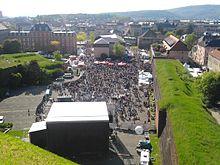 photographie montrant la scène de l'Arsenal prise en hauteur depuis la citadelle montrant des personnes venant assister à un concert du FIMU