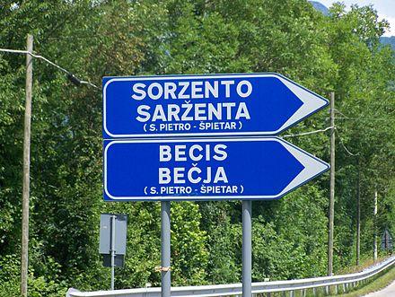 Segnaletica bilingue nel comune di San Pietro al Natisone.