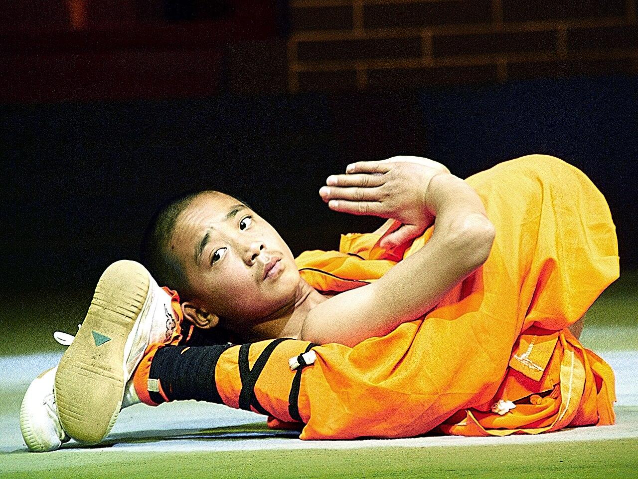 Čínský mnich při cvičení kung-fu