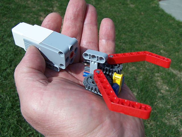 File:Simple Lego Grabber Claw-Gripper.jpg - Wikimedia Commons
