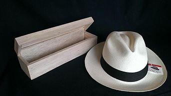 Sombrero panamá de Montecristi enrollado en una caja. b089b6052c5