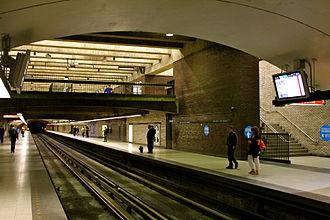 Square-Victoria-OACI station - Image: Square Victoria Metro 2011