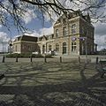 Stationsgebouw met dakerkers, gezicht op voorgevel en rechter zijgevel - Enkhuizen - 20406769 - RCE.jpg