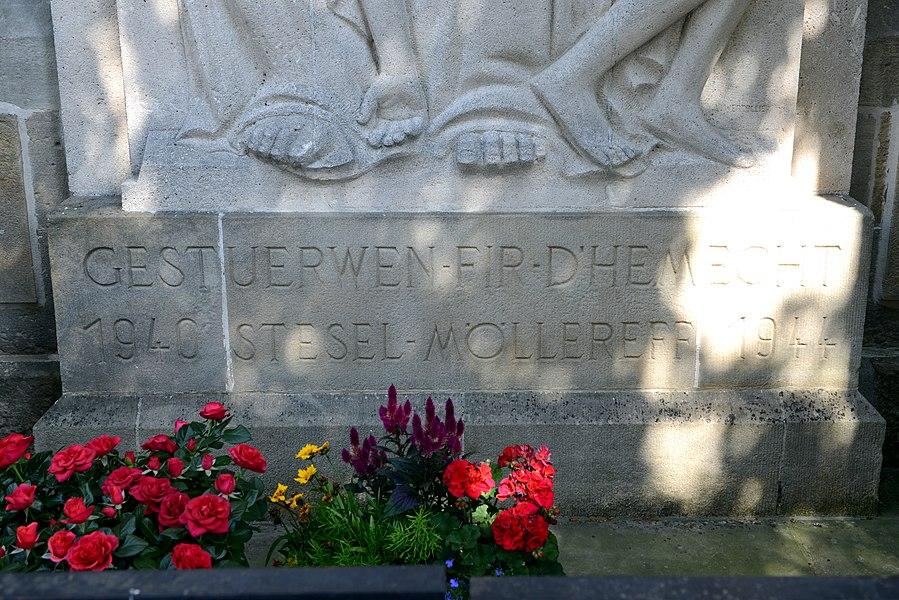 D'Inskriptioun um  Monument aux morts zu Steesel bei der Kierch.Gestuerwen fir d'Hemecht 1940 Stesel Möllereff 1944