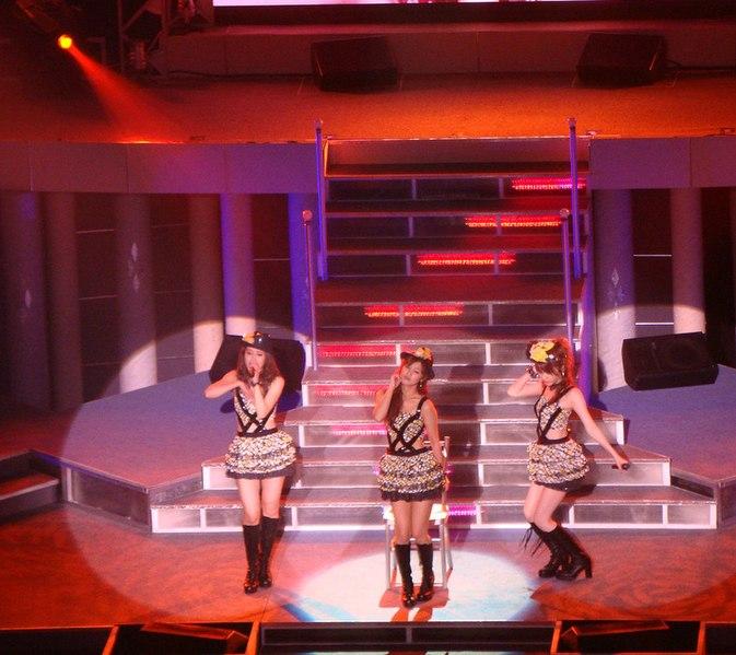 File:Takahashi, Niigaki, Tanaka - Platinum 9 Tour Spring 2009.jpg