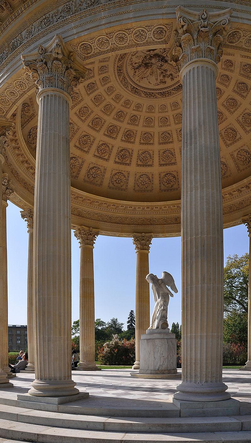 Le Temple de l'Amour, à l'est des jardins du Petit Trianon, dans le parc de Versailles.  (définition réelle 1794×3164)