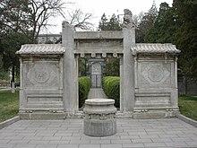 Tomba di Ricci nel cortile posteriore del Collegio Amministrativo di Pechino