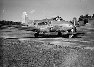 Transportflygplan TP 46 Dove på flyveplads på F 8 Barkarby.jpg