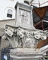 Trinità dei monti, capitello e rilievo antico a inizio della scalinata di accesso.JPG