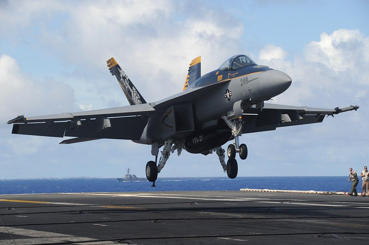 「ジョージ・ワシントン」に着艦するVFA-27所属のF/A-18E。