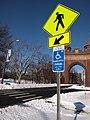 USA Schild Fußgängerüberweg Behindertenparkplatz.jpg