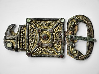 Gepid golden bronze belt-buckle with garnets