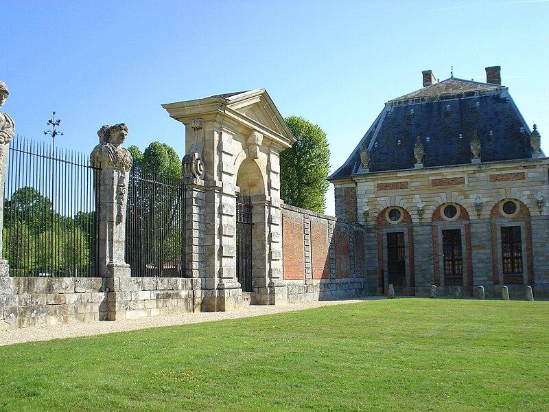 http://upload.wikimedia.org/wikipedia/commons/thumb/1/1f/Vaux-le-Vicomte_05.jpg/800px-Vaux-le-Vicomte_05.jpg