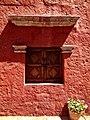 Ventana en el monasterio de santa Catalina, Arequipa.jpg