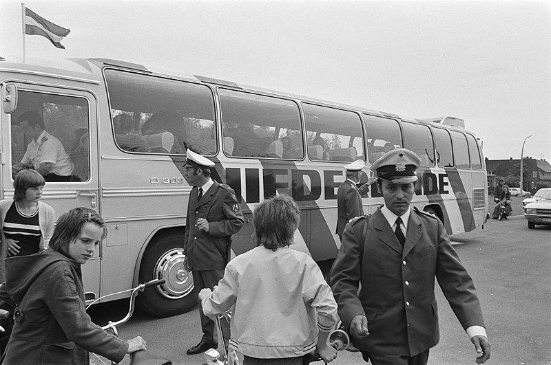 File:WK 74 Nederlands elftal traint in Hiltrup, Nederlandse bus met politiebewaking, Bestanddeelnr 927-2559.jpg