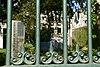 wlm - mringenoldus - op laag bakstenen muurtje rustend gietijzeren hek ter afsluiting van binnenstadstuin (1)