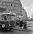 Wachten bij de bushalte van Gare Saint-Lazare, Bestanddeelnr 254-0645.jpg