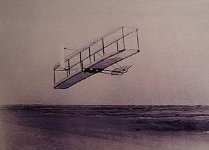 WrightBrothers 1902 Wilbur flying.jpg