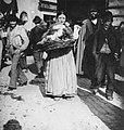 Zigeunerin mit einem Kind im Korb.jpg