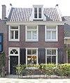 foto van Huis met rechte kroonlijst in topgevels uitlopend