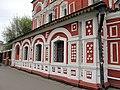 Нижняя часть фасада Церкви Всех Святых на Кулишках и читающий таджик - panoramio.jpg