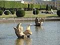 Один из дельфинов пруда с фонтаном «Межеумный».jpg
