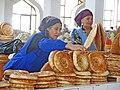 060 Buxoro Markaziy Bozori, mercat central de Bukharà, venedores de pa.jpg