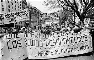 Las madres de plaza de mayo en la segunda marcha de la resistencia