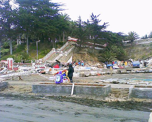 A fair was located in front of the beach, called Feria Internacional Artesanal, where Peruvian and Chilean craftsmans were selling their crafts. All of their premises were destroyed, and later looted by the people that were passing by the costanera. Image: Diego Grez.