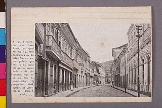 A Rua Tiradentes, em Ouro Preto, na Qual Residiu o Alferes Joaquim José da Silva Xavier, em Que Existiu no Local em Que Se Ergue Hoje o de Côr Branca Que Se Vê ao Fim do Quarteirão, a Esquerda, Séde Agora da Associação Comercial