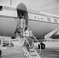 Albert Helman verlaat de Convair 340 van de KLM op het vliegveld Piarco van Port, Bestanddeelnr 252-2655.jpg