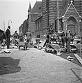 Amsterdam. Zaanstraat bij de H. Maria Magdalenakerk. Onder leiding van de kapite, Bestanddeelnr 900-4299.jpg