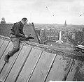 Amsterdam Restauratie Nieuwe Kerk op de Dam werkzaamheden dakdekker op het dak, Bestanddeelnr 912-3587.jpg