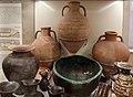 Anfora greco-orientale tra due anfore di chio per il vino, dalla tomba dei dolii alla banditaccia, 630 ac ca.jpg