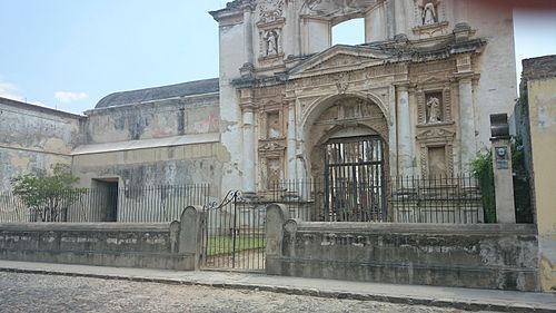A church damaged by an earthquake Antigua, Guatemala. Iglesia derruida.jpg