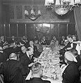 Applaudiserende genodigden tijdens het diner, Bestanddeelnr 255-8464.jpg